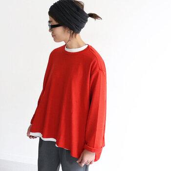 フレアシルエットの赤トップスは、さまざまな着こなしに活躍してくれる一枚です。トップスとして一枚で着るのはもちろん、インナーを重ねたり、インナーとして使ったりとまさに自由自在な着こなしが楽しめます。ニットライクなウール素材で、寒くなる季節にもぴったりですよ♪