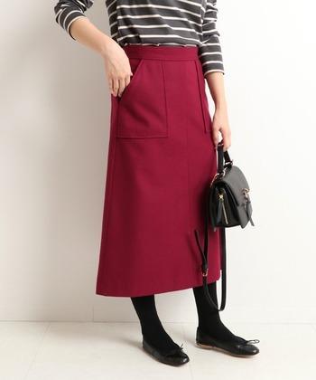 ボルドーカラーの、タイトシルエットスカート。真っ赤なアイテムは少しハードルが高いと感じる方には、ボルドーやワインレッド系の赤アイテムがおすすめ。タイトシルエットなので、大人の女性でも着こなしやすいスカートです。