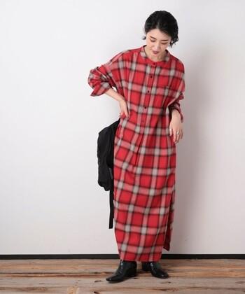 ビックチェック柄が、コーデの主役になってくれる赤チェック柄のワンピース。寝る素材を採用しているので、季節感の演出にも活躍してくれます。ロング丈でカジュアルにもフェミニンにも着こなせます。