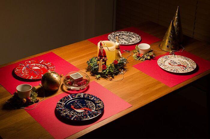華やかな器を主役に、クリスマスらしいカラーでまとめたコーディネートです。器に使われている色を基準に、赤とゴールドの雑貨を組み合わせて。無地のテーブルクロスやランチマットを合わせると、お皿の模様がさらに引き立ちます。