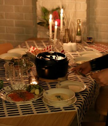 北欧のクリスマスをイメージしたテーブルコーディネート。あえてキャンドルの灯りだけで、特別な夜を楽しみましょう。テーブルクロスにちょうどいい大きさの布がない場合は、こんなふうに斜めにしたり、重ねて敷くのも素敵です。