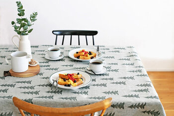 もみの木柄のテーブルクロスを主役に、ナチュラルにまとめたコーディネート。器も白でまとめて、グリーンを飾るぐらいのシンプルさがちょうどいいですね。