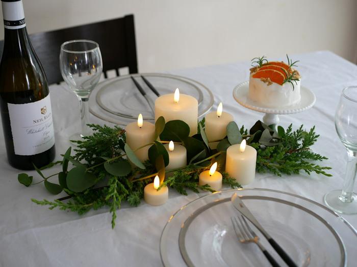 グリーンを束にして、キャンドルと一緒に飾ってもおしゃれ。テーブルクロスの色でも印象が変わりますね。キャンドルは、LEDタイプのものを選ぶと安心です。