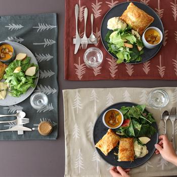 もみの木柄のティータオルを2つ折りにしてランチマット代わりに。大皿から取り分けるのではなく、一人分ずつプレートで用意する形式であればこんなスタイルもおすすめです。