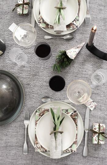大人のためのクリスマスにぴったりな、シンプル&シックなコーディネート。グレーのテーブルクロスや、ペーパーナプキンとお皿の組み合わせもおしゃれで、ぜひ真似したくなります。