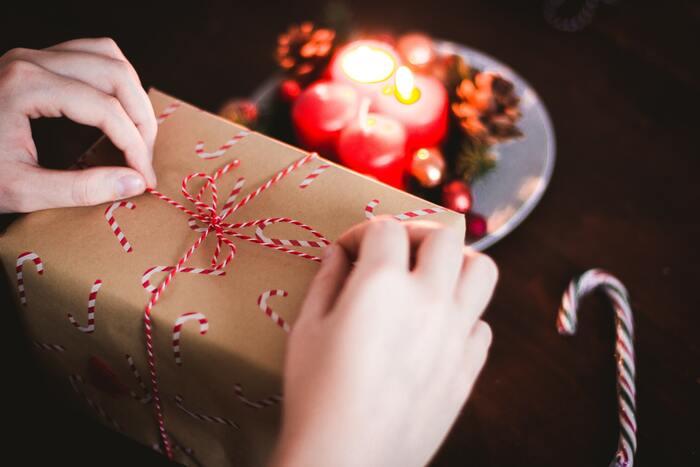 プレゼントを開けるタイミングも家庭によりますが、夕食の後、子どもたちがクリスマスの歌を歌ったり、本の朗読をしたりした後が多いようです。親が子どもにプレゼントをあげる日本と違い、ドイツではお父さん、お母さん、子ども、おじいちゃん、おばあちゃん…と、家族が一人ひとりに用意。山のように積まれたプレゼントの中から、「誰がくれたのかな」「何が入っているのかな」と、何時間もかけて、家族と一緒に楽しくプレゼントを開けていくのです。クリスマスの中でも、一番楽しいひとときです。