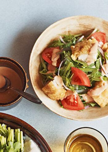 人気の料理・チキン南蛮風のお肉が入ったボリュームサラダ。基本のオーロラソースにポン酢を加えて、酸味を足しているところが特徴です。ヘルシーなおかずにもなりそう。