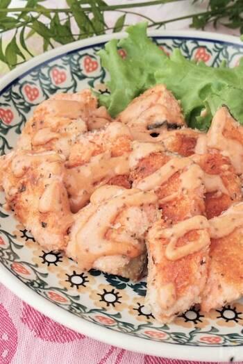 衣にハーブと粉チーズを加えて揚げた香り豊かな鮭のフライに、粒マスタード入りのオーロラソースをかけます。色もきれいで上品な揚げ物になります。