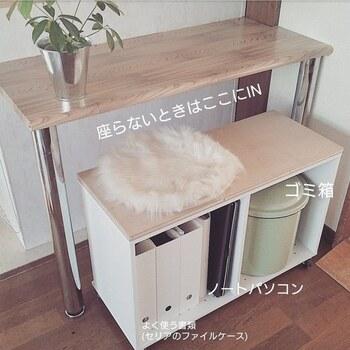 横向きにしたカラーボックスに天板とキャスターを追加するだけで、あっという間にベンチが完成します。収納を兼ねた椅子なので、デスク周りをコンパクトにしたい時に便利です。