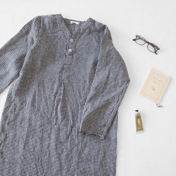 冬に発売された、リネン100%使用のナイトシャツ。リネンの特性上、着る前はひんやりと感じますが、繊維の中に空気を含む性質により、すぐに温かくなるそう。サイドにスリットが入っているため動きやすく、ゆったりとしたデザイン。身に着けるだけで、優しく穏やかな気持ちになれそうです。