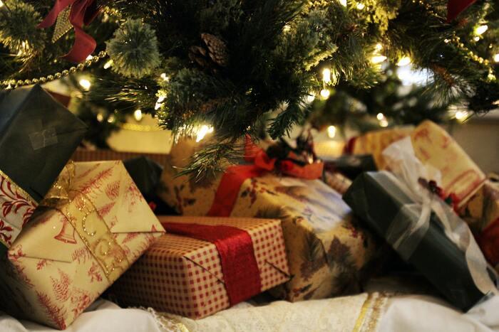 ツリーを飾り終えたら、用意していたプレゼントをその根元に積み上げます。しかしまだ早まってはいけません。プレゼントを開けるのは夜になってからです。