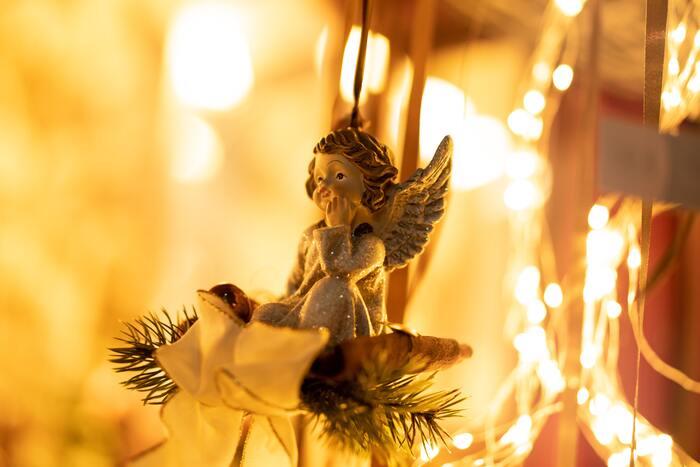 12月6日は聖ニコラウスがプレゼントを持ってきましたが、12月24日は誰が持ってくるのでしょうか?それは天使のように羽をはやした、「クリスト・キント(幼いキリスト)」です。クリスマスは本来、キリストの生誕祭。だからサンタクロースがやってくるのではなく、天使の恰好をした小さなキリストがプレゼントを配ってくれるんですね。ただし、クリスト・キントではなくヴァイナハツマン(ドイツ語でサンタクロース)がやってくると言われることもあり、地域によってさまざまなお話が伝えられています。