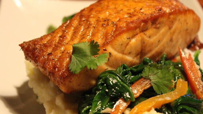 地域や家庭により、鶏料理以外のクリスマス料理が出てくることもあります。例えば「カルプフェン・ブラウ」と呼ばれる鯉料理や、豚肉や牛肉のステーキ…。同じ家庭でも、「今年はこれにしよう」と年によって変えることもあるそうですよ。