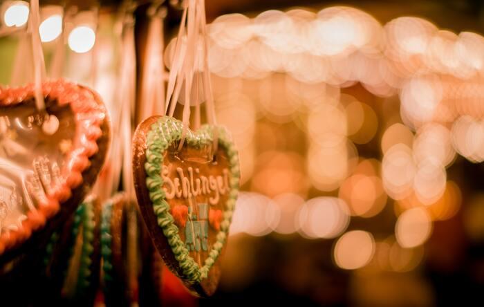 クリスマスになると、クリスマスマーケットやスーパーマーケットなど、ドイツのあちこちで見かけるようになるレープクーヘン。シナモン、アニス、コリアンダーといったスパイスをふんだんに使い、はちみつで甘味を加えた、パンのようなスポンジ状のお菓子です。伝統的な味わいを守るため、レープクーヘンと名乗れるものの品質は法律で定められていて、ドイツのどこでも同様の味を楽しむことができるそう。チョコレートでコーティングしたり、ナッツやオレンジピールを混ぜ込んだりといったバリエーションも豊富です。スパイスの味が強烈で、日本人にはなじみのない味わいですが、慣れるとやみつきになりますよ♪