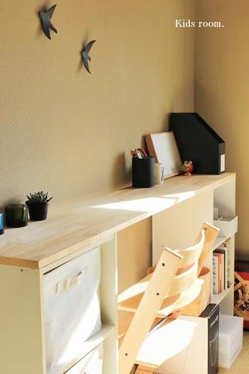 学習机の購入はまだ先でも、子供の勉強スペースが必要という時にはカラーボックスを活用するのがおすすめ。カラーボックス2台に板を乗せるだけで子供机が完成します。本などの収納もできて、使いやすさも◎