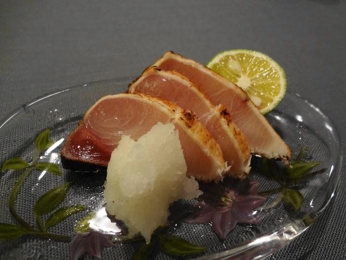 金沢の海鮮土産の定番となっている「鰤(ぶり)のたたき」。その逸品を生み出した元祖が魚介の加工食品を扱う【潮屋】です。能登産の希少な塩を馴染ませて丁寧に炙ったたたきは、わさび醤油や生姜醤油で食べると絶品。炊きたてのご飯が欲しくなります。