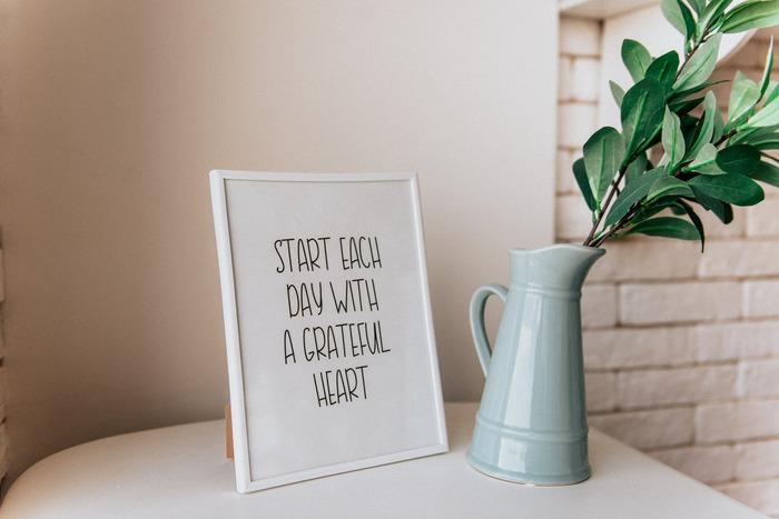 どんなに素晴らしい目標やアクションプランでも、普段の生活で意識できなくては意味がありません。  「よく見える場所に貼りだす」「手帳の見開きに書く」「毎朝、目標とアクションを読み上げることを日課にする」など、必ず毎日自分の目に触れさせるようにしましょう。  リマインドの意味合いと共に、より目標への思いを強くする「マインド面」での効果も期待できますよ。