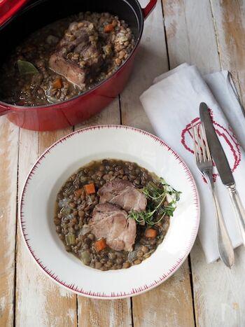 こちらは、豚肩ロースのかたまり肉を使って、素朴さを残しつつ食べ応え抜群に仕上げたレシピです。豚肉を漬けるときは粗塩を使うと水分が出にくくなり、調理後は火を止めて味を馴染ませるとより美味しく仕上がります。