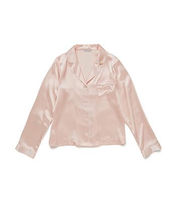 シルク100%使用のパジャマです。美しい光沢があり、肌ざわりはなめらか。シルク生地の中でも軽量の、「19匁のシルク」を使用しているので軽くてやわらかく、少し厚みがあるのが特徴的。吸湿性・保温性に優れているので、オールシーズン着用しても快適に過ごせます。