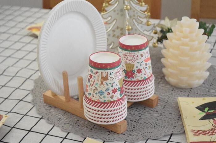 クリスマスらしい柄の紙皿やコップを、ディッシュスタンドに並べるだけでおしゃれに♪ディスプレイも実用性も叶う、おすすめの組み合わせです。