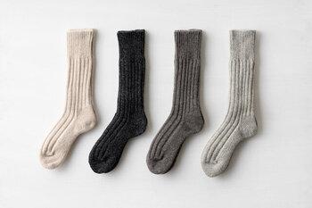 高級ウールを使ったリブソックス。かかとやつま先など、磨耗しやすい部分に配慮し、穴あきしにくい製法を施しています。オートミール、霜降りグレーなど、ニュアンスのあるナチュラルカラーも素敵。いいモノを履いていると実感させてくれる上質な靴下です。
