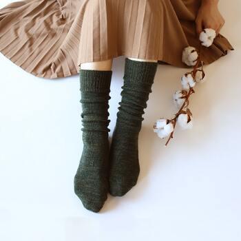 冷えとり靴下で有名な「くらしきぬ」のカバーソックス。肌側はシルク&外側はウールで、1枚でも十分な暖かさ。写真のオリーブとクランベリーは新色!秋冬の装いにぴったり寄り添うカラーバリエーションが揃っています。
