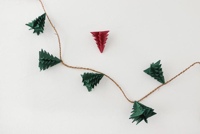 こちらは同じくラッピングペーパーで作れるもみの木。立てて飾る以外にも、繋いでガーランド状にして、テーブルに並べても可愛いです。