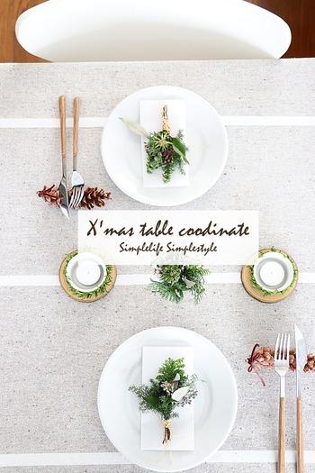 数種類のグリーンをまとめて作ったミニスワッグは、簡単なのでお子さんと一緒に作れます。お皿の上にナプキンと共に添えると、一気にクリスマスムード漂うテーブルに!