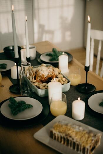 こちらはテーブルランナーを使って、高さのあるキャンドルを並べたコーディネート。お皿に載せられたグリーンの飾りが、さりげなくクリスマスらしさを演出してくれます。