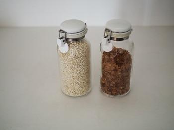 こちらのブロガーさんは、コーヒーシュガーともち麦を密閉ボトルに詰め替えているそうです。使うときは蓋を開けてパラパラとそのまま振り入れるだけなのでとっても機能的。