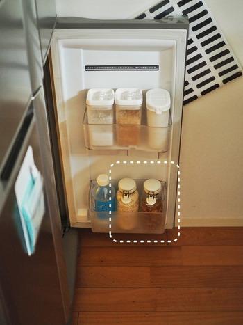 冷蔵庫のドアポケットにも収まるサイズ感。見た目がスッキリしますし、密閉できるので品質を保つことができて安心です。