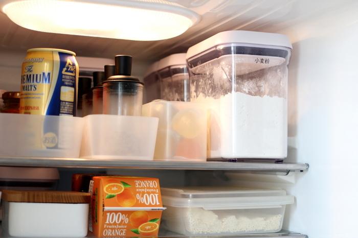虫や湿気が入らないように、冷蔵庫に入れて保管。角型なのでスペースを取らず、スッキリと収まりますね。ラベリングしておくと中に何が入っているか一目瞭然で便利です。