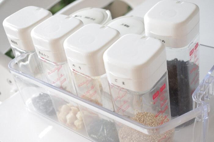 セリアのドレッシングボトルに、ゴマや塩昆布、刻み海苔などを詰め替えて、冷蔵庫のドアポケットに収納。100均のアイテムなので入手しやすくコスパも抜群。スッキリと統一感もあります。