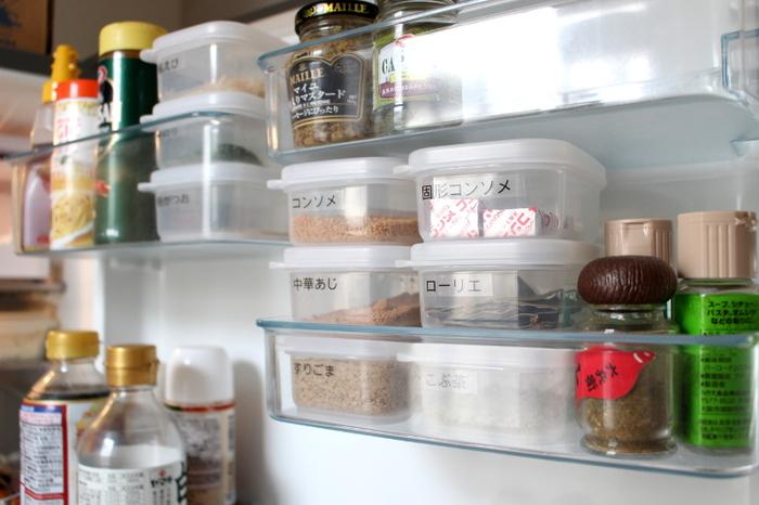 顆粒のコンソメや中華あじなど、よく使う調味料もミニタッパーに入れて、冷蔵庫のドアポケットに収納。ラベリングで見やすさ&取り出しやすさを工夫していますね。