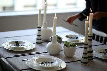 テーブルクロスとキャンドル、少しのグリーンを飾ったら、白いお皿を重ねて。シンプルで洗練されたコーディネートが気持ちいいですね。