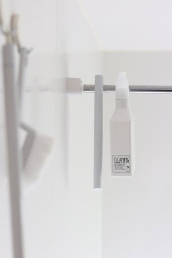 お風呂の物干しバーに引っ掛けて収納。地面に直置きしないからボトルの底がヌメったりカビたりしにくいですし、お掃除もしやすいですね。