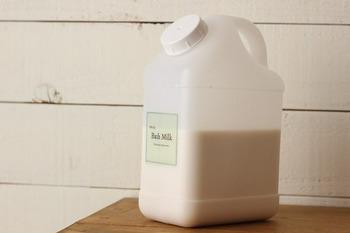 液体の入浴剤は、セリアのリキッドコンテナに詰め替え。たっぷり入るからお得な大容量サイズのものも入ります。