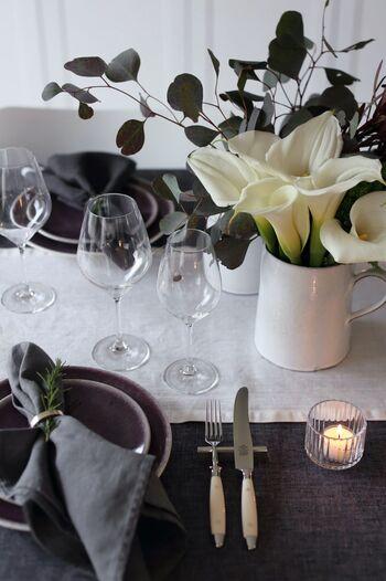 同じシルバーとグリーンの組み合わせでも、深みのあるグリーンや白いお花、ダークトーンの食器を組み合わせると、よりシックなイメージになります。