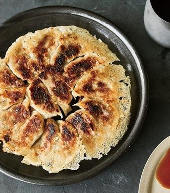 こんなにキレイな「羽根つき焼き餃子」を作ることもできます。  「基本の使い方」の通り、30秒の予熱をして、煙を確認したら、フライパンに包んだ餃子を並べて、焼いていきましょう。餃子を並べる時は、いったん火を止めるのがポイント。焦げつきを抑えて、パリッとした羽根になるように焼き上げられますよ。
