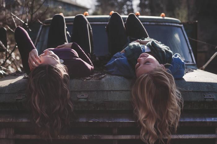 意識しているわけではないのに、人と比べてしまうことってありますよね。 例えば、何気ない友達との会話。近況報告をし合っていたら、友達が仕事で昇進した話や恋人と上手くいっている話になり、幸せそうな話題に心がモヤモヤ。友達と比べて、私は大した仕事もしてないし恋人もいない。そんな気持ちになり落ち込んでしまうことも。  でも、その人の人生はその人だけのもの。自分が知らないだけで、相手も苦しい思いを抱えていることだってあります。そう考えたら、比べること自体意味のないものだったと思えてきますね。
