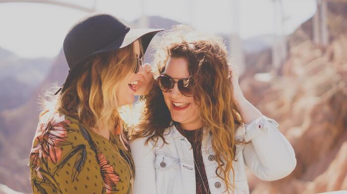 普段からなんでも話せる気心の知れた友達は、言わば自分自身の鏡。付き合いが長かったりお互いに本音で話し合える友達に、「私の良いとこってどこだろう?」と聞いてみるのも良いですね。  ちょっと恥ずかしいと感じるかもしれませんが、それならまずあなたが友達の良いところを話してあげましょう。話していくうちにだんだんと気分が良くなってくるのが実感できるはず。