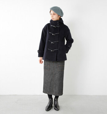 ショート丈のダッフルは、タイトスカートで女性らしく見せるのが大人の着こなし。落ち着いたトーンのグレーを合わせることで全体がシックにまとまって、より洗練された雰囲気に見せてくれます。