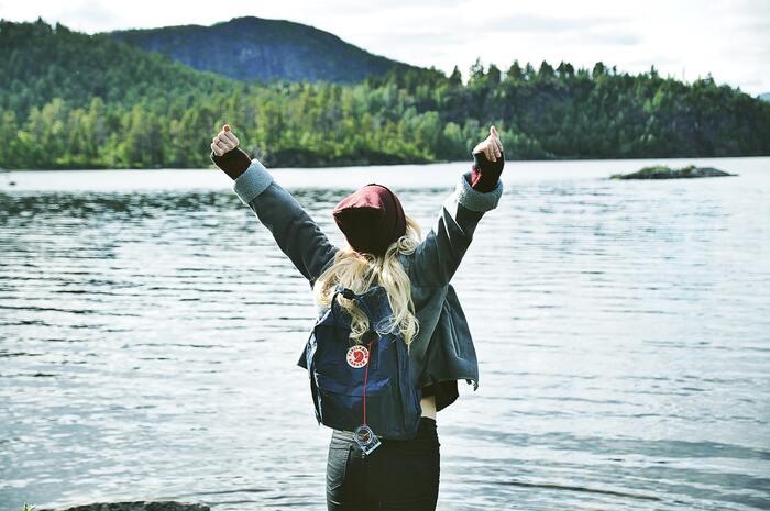 場所は近場の温泉や観光地でも良いですし、足を伸ばして海外へ出かけてみるのも◎。世界の広さに比べたら自分の存在や悩みなんてちっぽけに感じて、「だったら自分らしく気楽に生きていけばいいや」と、そんな風に捉えることができるでしょう。  外の世界に触れることで、自分の軸を再発見したり本当に好きなことが見つかるかもしれません。