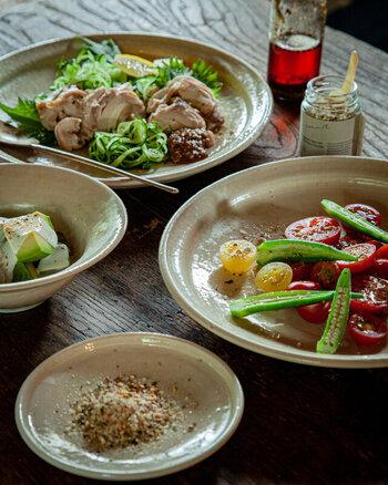 ナッツやコリアンダーなどをブレンドしたハーブソルトは、エスニック料理と相性抜群。カオマンガイやフォーにかけると良いアクセントに。シンプルな野菜のソテーにかけても◎