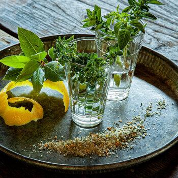 料理家のどいちなつさんが作る、淡路島のハーブやレモンを使ったハーブソルト。広大な畑で、自然に任せて育てられたハーブの美味しさを味わえます。淡路島の恵みを頂けますよ♪