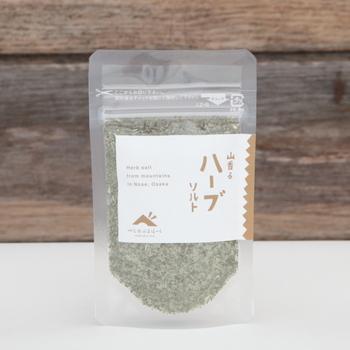 こちらは三重の海水で作った塩と、5種類のハーブがブレンドされています。ガーリックパウダーとコショウも入っているので、これ一つで味付けできて便利!バゲットにかけても美味しそう。