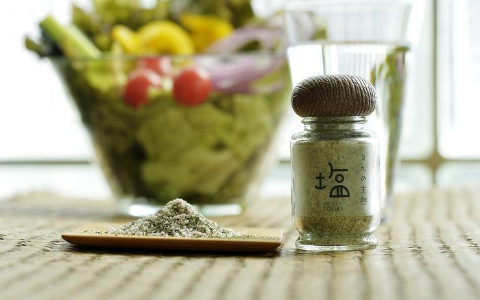 奥能登の海水で作った塩と、奈良の大和当帰葉(ヤマトトウキバ)をブレンドしたハーブソルト。大和当帰葉は栄養価が高く、セロリのような香りがします。料理のアクセントにぴったり。