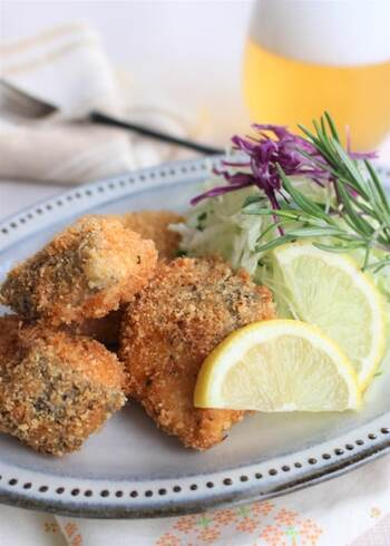あっさりとした秋鮭は、揚げ物など油を使った料理にぴったり。パン粉にパルメザンチーズやハーブソルトを混ぜて、しっかりと味付けします。好みでレモンを絞って召し上がれ!