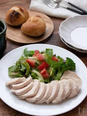 材料は鶏むね肉とハーブソルトだけ!簡単なので、何回でも作りたくなるサラダチキンです。むね肉をポリ袋に入れてお湯に浸け、1時間以上放置すれば出来上がり。サラダと合わせたりサンドウィッチにしたり、色々とアレンジできますよ。