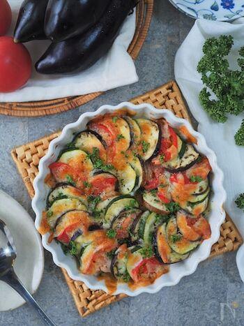 野菜をたっぷり食べられる、彩りも綺麗なメニューです。野菜を薄く切ってお皿に並べ、トースターで焼けば出来上がり。野菜は5mmくらいにスライスするのがポイントです。